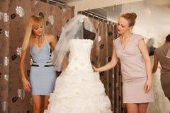 Femmes faisant des emplettes pour la robe de mariage Photo libre de droits