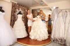Femmes faisant des emplettes pour la robe de mariage Photographie stock libre de droits