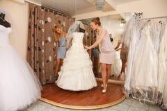 Femmes faisant des emplettes pour la robe de mariage Photographie stock