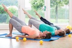 Femmes faisant des exercices pour le plancher de bassin dans le cours postnatal photographie stock libre de droits