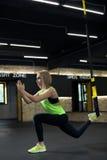 Femmes faisant la formation avec le trx Photo stock