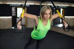 Femmes faisant la formation avec le trx Image stock