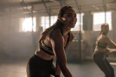 Femmes faisant la séance d'entraînement physique intense images stock