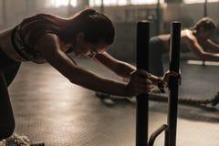 Femmes faisant la séance d'entraînement physique intense dans le gymnase photo libre de droits