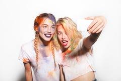Femmes faisant le selfie dans des couleurs de holi Photographie stock