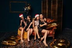 Femmes faisant le selfie de Noël Photos libres de droits