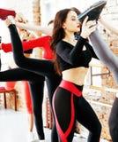 Femmes faisant le sport dans le gymnase, sautant, personnes c de mode de vie de soins de santé Photographie stock