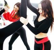 Femmes faisant le sport dans le gymnase, sautant, personnes c de mode de vie de soins de santé Images libres de droits