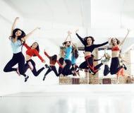 Femmes faisant le sport dans le gymnase, concept de personnes de mode de vie de soins de santé, fin moderne de studio de grenier  Photographie stock
