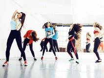 Femmes faisant le sport dans le gymnase, concept de personnes de mode de vie de soins de santé, m Images libres de droits