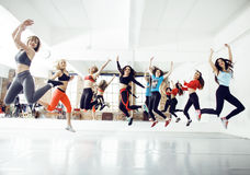 Femmes faisant le sport dans le gymnase, concept de personnes de mode de vie de soins de santé, studio moderne de grenier Photo libre de droits