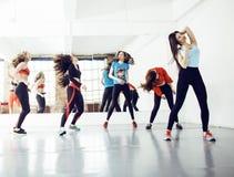 Femmes faisant le sport dans le gymnase, concept de personnes de mode de vie de soins de santé, studio moderne de grenier Images libres de droits