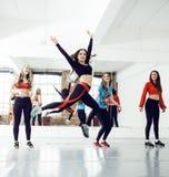 Femmes faisant le sport dans le gymnase, concept de personnes de mode de vie de soins de santé, studio moderne de grenier Images stock
