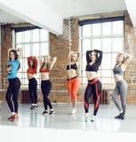 Femmes faisant le sport dans le gymnase, concept de personnes de mode de vie de soins de santé, studio moderne de grenier Photographie stock
