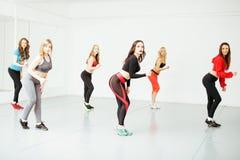 Femmes faisant le sport dans le gymnase, concept de personnes de mode de vie de soins de santé, studio moderne de grenier Photos libres de droits