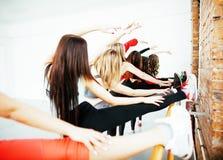Femmes faisant le sport dans le gymnase, concept de personnes de mode de vie de soins de santé, studio moderne de grenier Image stock