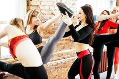 Femmes faisant le sport dans le gymnase, concept de personnes de mode de vie de soins de santé, studio moderne de grenier Photographie stock libre de droits