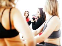 Femmes faisant le sport dans le gymnase, concept de personnes de mode de vie de soins de santé, studio moderne de grenier Image libre de droits