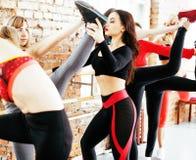 Femmes faisant le sport dans le gymnase, sautant, concept de personnes de mode de vie de soins de santé, studio moderne de grenie Photo libre de droits