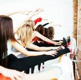 Femmes faisant le sport dans le gymnase, sautant, concept de personnes de mode de vie de soins de santé, studio moderne de grenie Images libres de droits