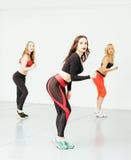 Femmes faisant le sport dans le gymnase, sautant, concept de personnes de mode de vie de soins de santé, studio moderne de grenie Image stock
