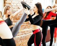 Femmes faisant le sport dans le gymnase, sautant, concept de personnes de mode de vie de soins de santé, studio moderne de grenie Photos stock