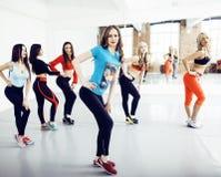 Femmes faisant le sport dans le gymnase, sautant, personnes c de mode de vie de soins de santé Photo stock