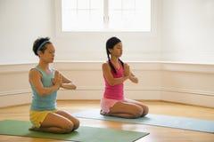 Femmes faisant le yoga Photographie stock
