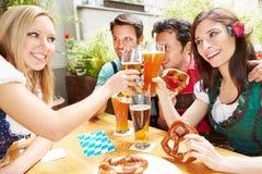 Femmes faisant tinter des verres de bière Photos stock
