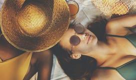 Femmes gaies appréciant l'heure d'été Photo stock