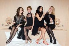 Femmes gaies buvant du vin pétillant Images libres de droits