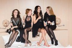 Femmes gaies buvant du vin pétillant Photo stock