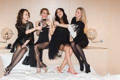 Femmes gaies buvant du vin pétillant Image libre de droits