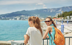 Femmes gaies de Yong sur le fond de la mer Photographie stock