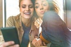 Femmes gaies faisant la photo par le téléphone portable Photo libre de droits
