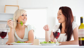 Femmes gaies mangeant de la salade Image stock