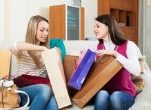 Femmes gaies regardant ensemble des achats Photographie stock