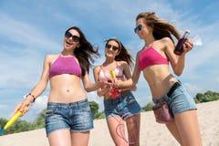 Femmes gaies se reposant sur la plage Photos stock