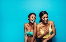 Femmes gaies se tenant ensemble et riant Image libre de droits