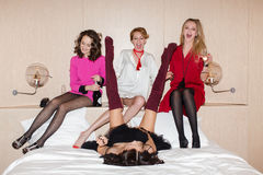 Femmes gaies se trouvant et buvant du champagne Images stock
