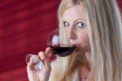 Femmes goûtant le vin rouge. Photos stock