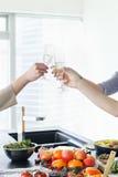 Femmes grillant avec le champagne Images libres de droits