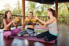 Femmes grillant la noix de coco verte au club de santé Image stock