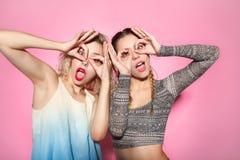 Femmes grimaçantes faisant des gestes des lunettes Images libres de droits