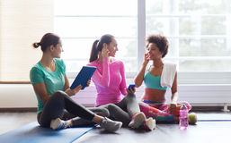 Femmes heureuses écoutant la musique dans le gymnase Image libre de droits