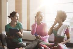 Femmes heureuses écoutant la musique dans le gymnase Photographie stock libre de droits