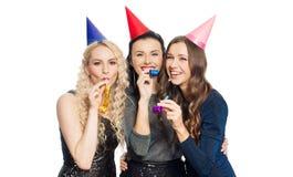 Femmes heureuses avec étreindre de chapeaux de partie Image libre de droits