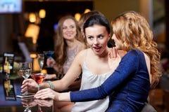 Femmes heureuses avec des boissons à la boîte de nuit Images stock