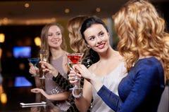 Femmes heureuses avec des boissons à la boîte de nuit Photo libre de droits