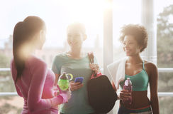 Femmes heureuses avec des bouteilles de l'eau dans le gymnase Photos libres de droits